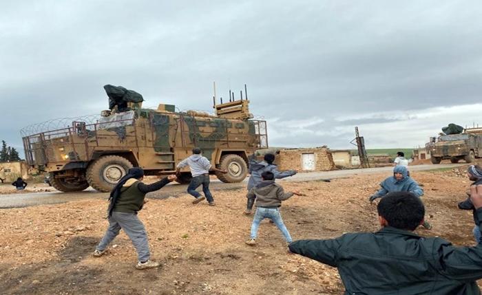 Kobani'de Türk devriyesine taşlı protesto