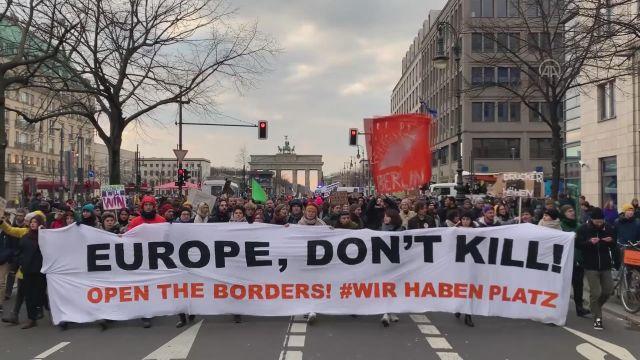 Almanya'dan mültecilere destek: AB sınırlarını açın!