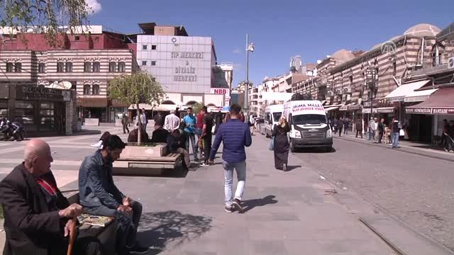Diyarbakır'da kimliği belirsiz bir kadın halka para ve gıda dağıttı