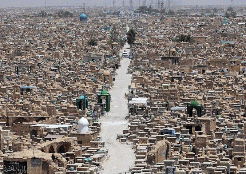 Irak'taki mezarlıklara tepki: Salgında ölenlerin cenazeleri ortada kaldı