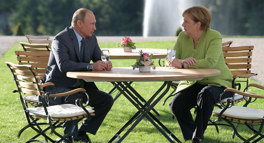 Putin ve Merkel birbirini tebrik etti