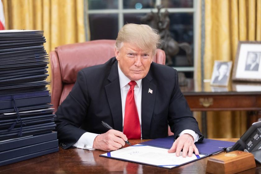 Trump, 484 milyar dolarlık bütçe tasarısını onayladı