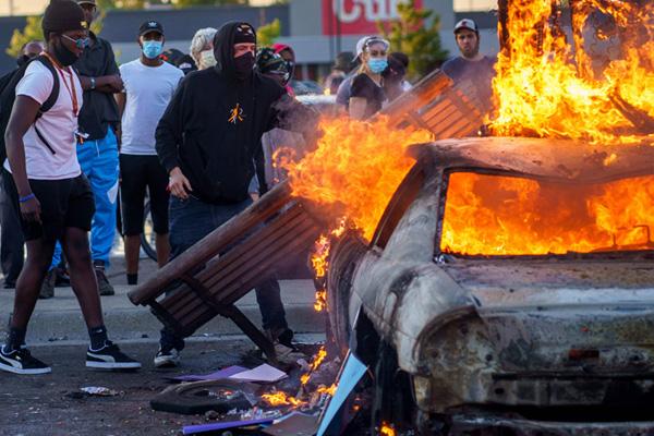 ABD'de Floyd protestoları: 25 şehirde sokağa çıkma yasağı ilan edildi