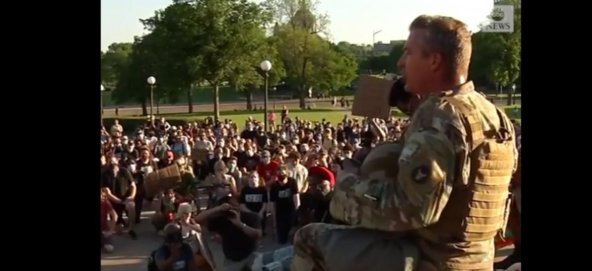 Video | ABD'li ulusal muhafız göstericiler önünde diz çöktü